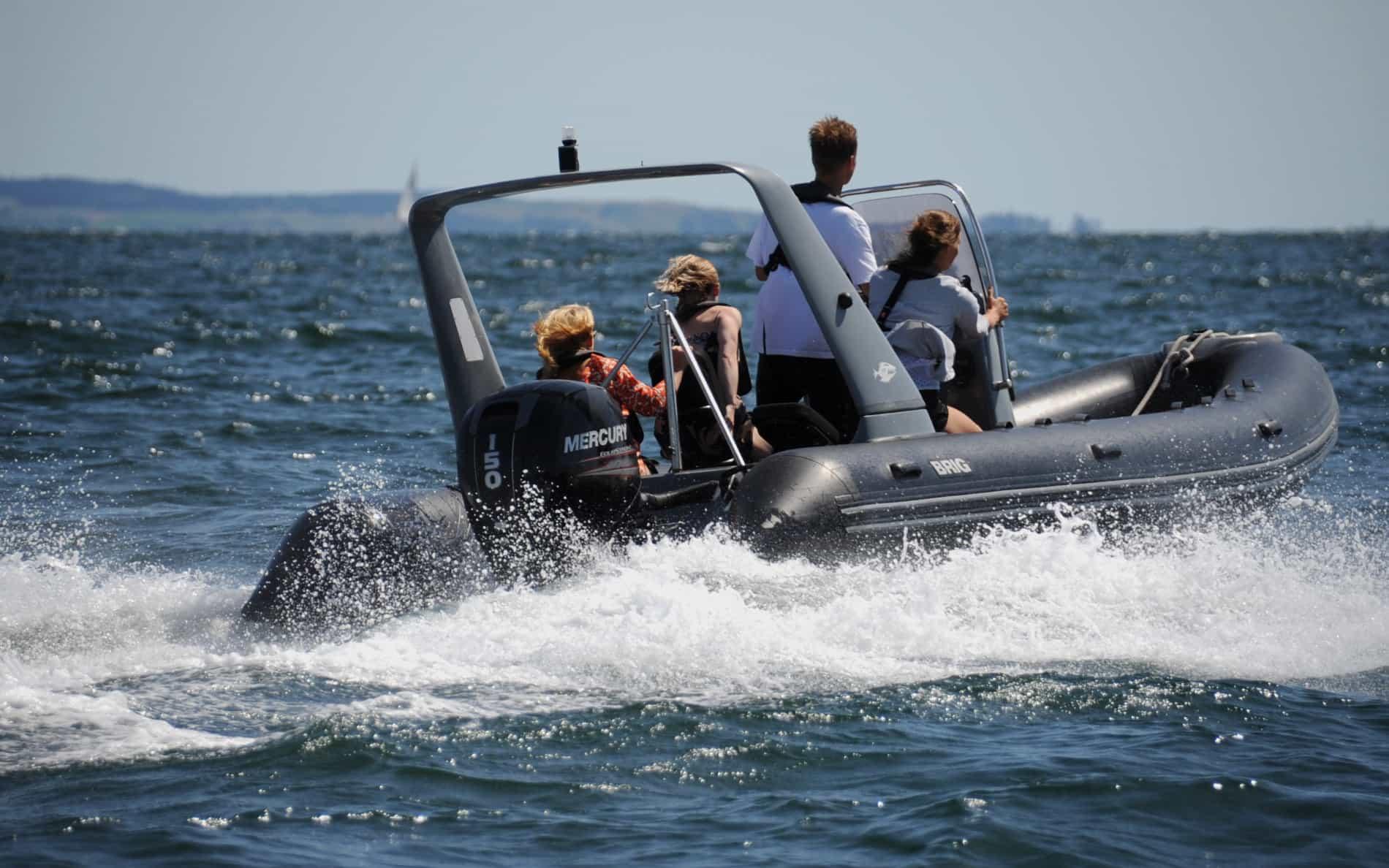 Speedbåd på vej ud på Aarhus bugten